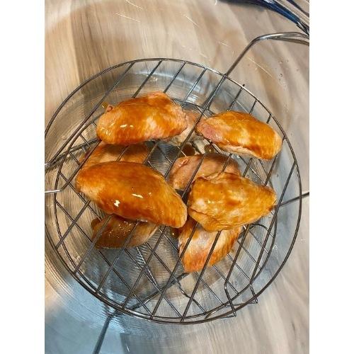 ปีกไก่ที่หมักลงเครื่องอบลมร้อน